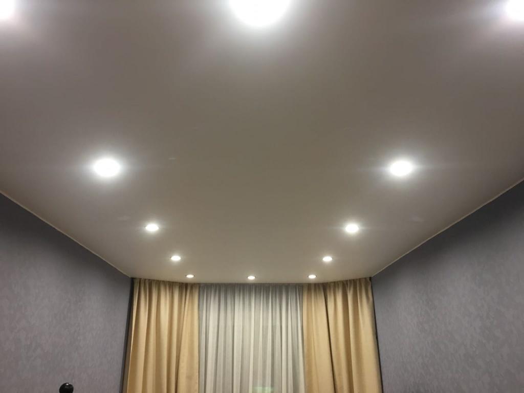 Натяжные потолки фото для зала со спайкой фотографии должны